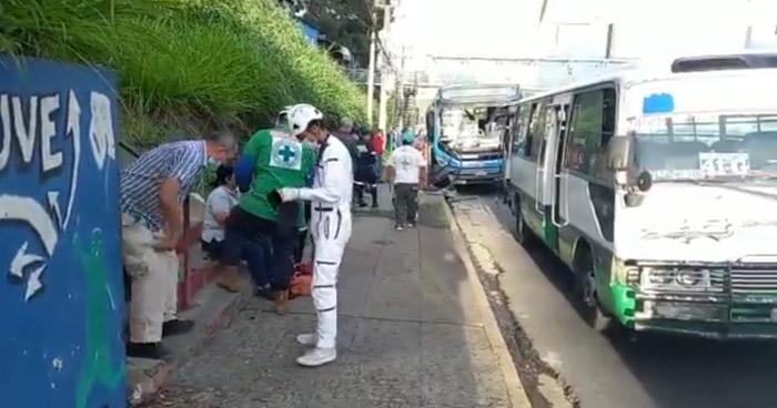 Cinco lesionados tras choque entre unidades del transporte público en Bulevar del Ejército