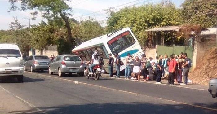 Autobús un eje delantero y se accidenta en carretera Troncal del Norte