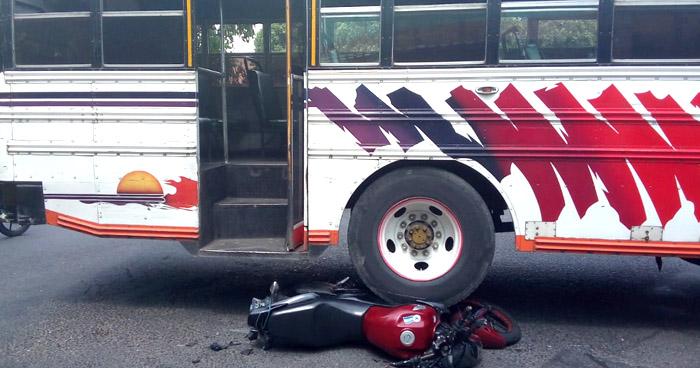 Motociclista lesionado tras ser embestido por motorista de autobús Ruta 14