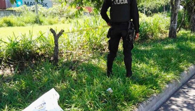 Encuentran el cadáver atado, de un hombre en vía Constitución, Apopa