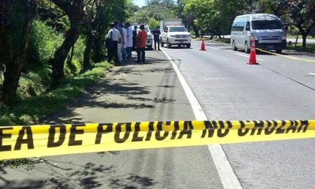 Localizan cadáver embolsado y envuelto en sábanas en carretera Comalapa