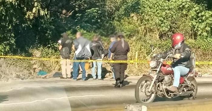 Encuentran cadáver envuelto en sábanas en carretera Los Chorros