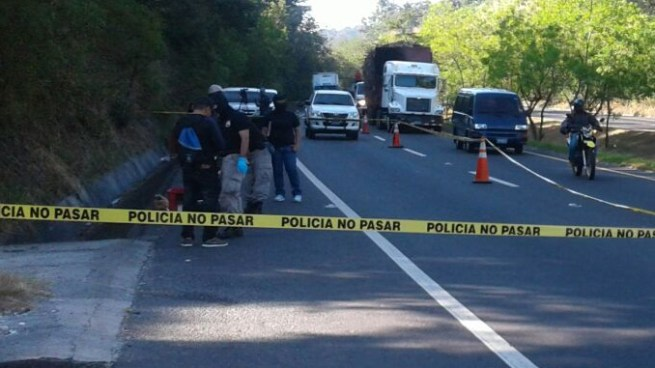 Encuentran cadáver envuelto en sabanas en carretera de Oro