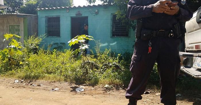 Encuentran restos de una mujer enterrados en el patio de una vivienda en Usulután