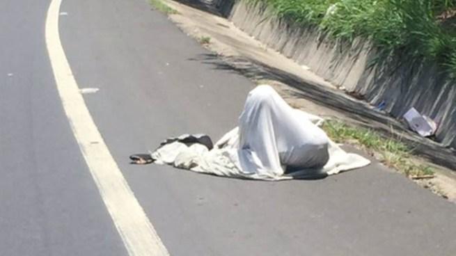 Encuentran cadáver envuelto en sábanas en calle Antigua a Huizúcar, San Salvador
