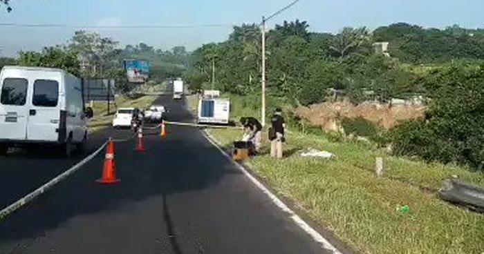 Encuentran cadáver envuelto en sábanas frente al cementerio Los Cipreses de Soyapango