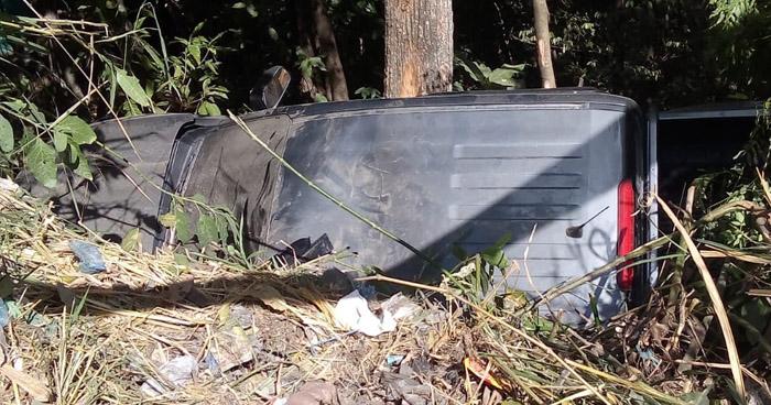 Tres lesionados al caer un vehículo a un barranco en Ciudad Delgado