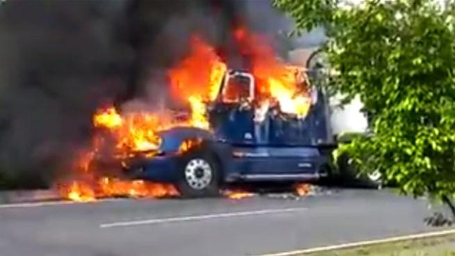 Camión se incendia sobre la carretera Panamericana