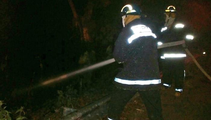 Cabezal se incendia tras caer a un barranco y su conductor muere calcinado