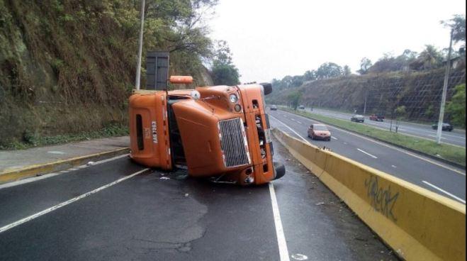 Camión volcado impide paso sobre el desvío de Troncal del Norte