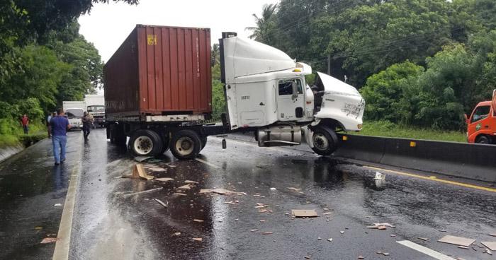 Furgón se accidentó al chocar con otro camión en carretera a Sonsonate