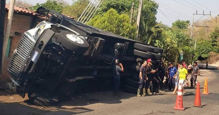Una vivienda dañada y 175 cerdos muertos dejó un accidente en carretera a Sensuntepeque