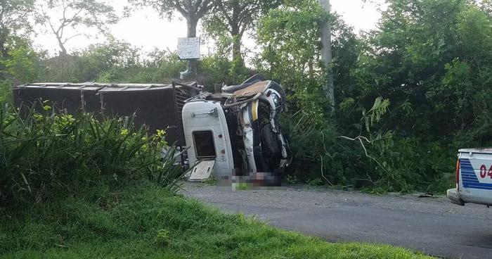 Un muerto y dos lesionados tras vuelco de camión en carretera de La Libertad