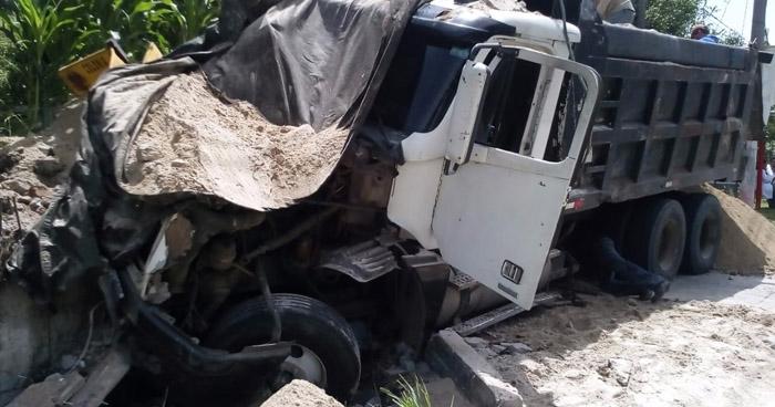Camión sin frenos se accidenta en autopista a Comalapa y mata a un hombre