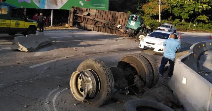 Camión perdió eje trasero sobre carretera al Puerto de La Libertad