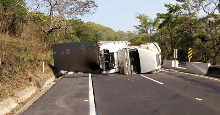 Rastra volcada en carretera de Sonsonate