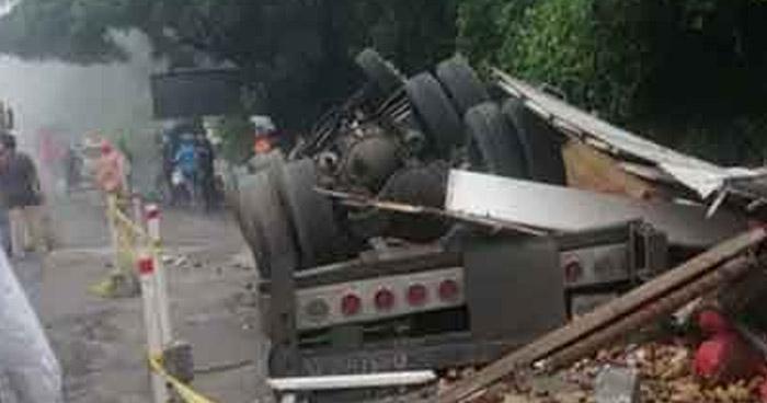 Conductor muere al volcar su camión cargado con arena en Juayúa, Sonsonate