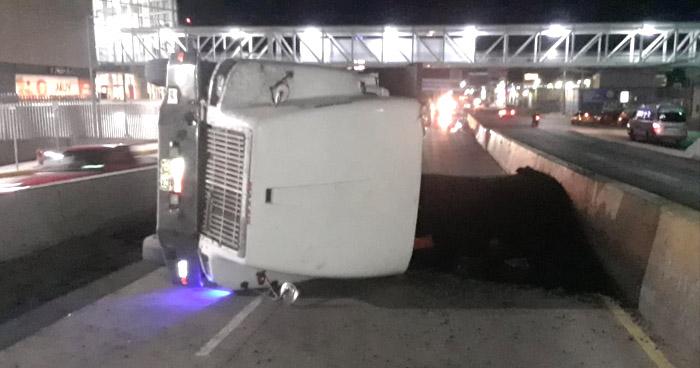 Camión vuelca en carretera Troncal del Norte tras presentar fallas