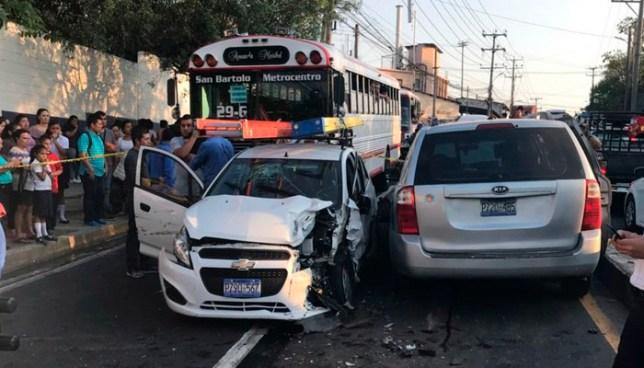 Una pareja y un bebé lesionados luego que camioneta con reporte de robo los impactara