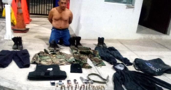 Capturado con armas, munición y prendas militares y policiales en La Paz