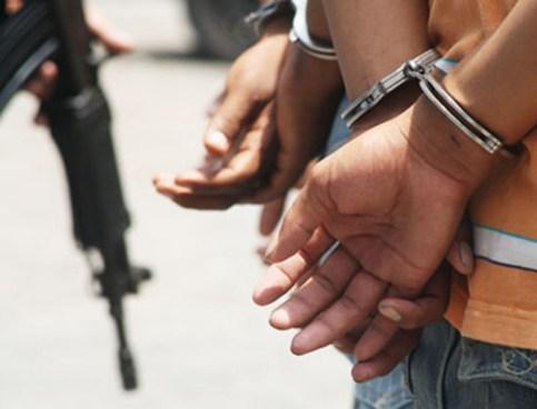 Detienen a sujetos por tráfico de drogas y portación ilegal de armas de fuego en Santa Ana