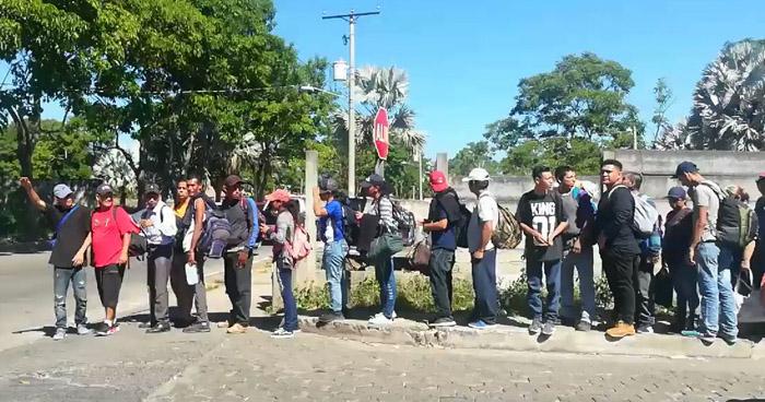 Caravana de salvadoreños partió hoy con rumbo hacia Estados Unidos