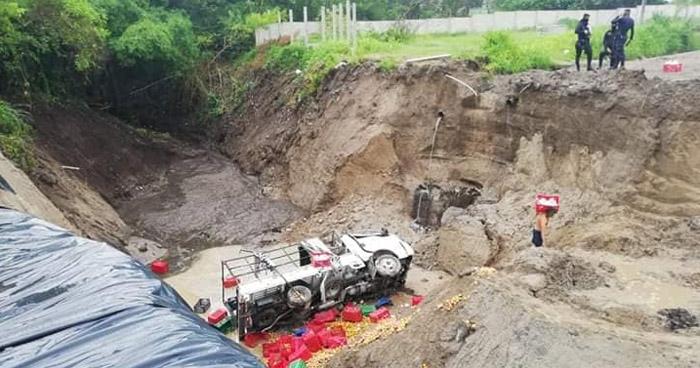 Camión cayó en cárcava de carretera a Quezaltepeque