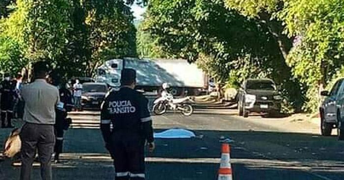 Mujer muere tras ser arrollada en carretera de Ahuachapán