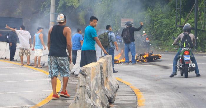 Motociclista muere calcinado tras accidentarse en carretera al Puerto de La Libertad