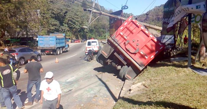 Tres lesionados tras choque de camión de volteo en carretera Los Chorros