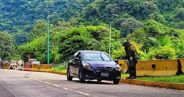 División de Armas y Explosivos inspecciona vehículo abandonado en carretera Los Chorros