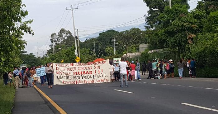Protestantes cierran carriles de una carretera y piden la liberación de Vanda Pignato