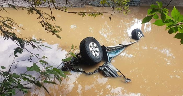 Vehículo quedó sumergido en un río tras ser arrastrado por corriente en La Unión