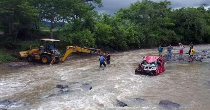 Hombre muere al ser arrastrado junto a su vehículo al intentar cruzar un río en La Unión
