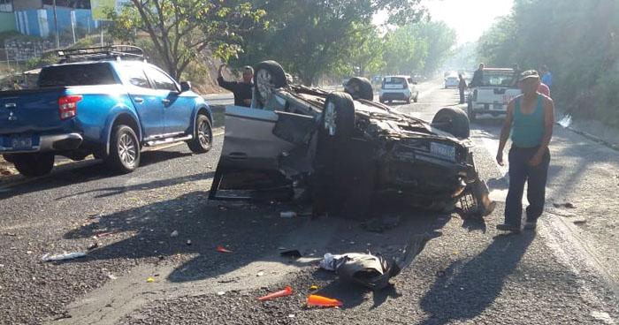 Conductora lesionada tras volcar su vehículo en carretera Panamericana