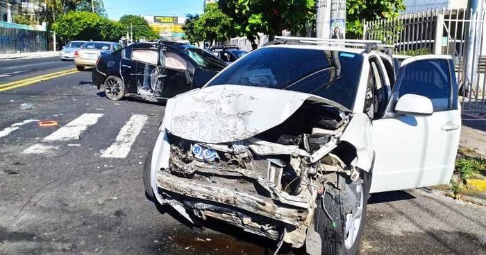 Tres lesionados tras fuerte choque en Alameda Roosevelt, San Salvador