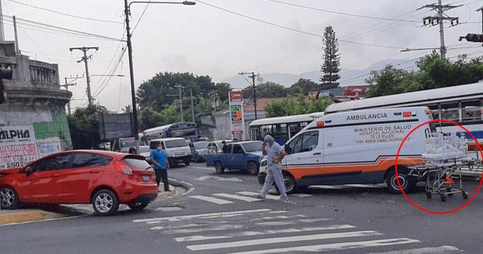 Automovilista choca con ambulancia cuando trasladaba a un recién nacido