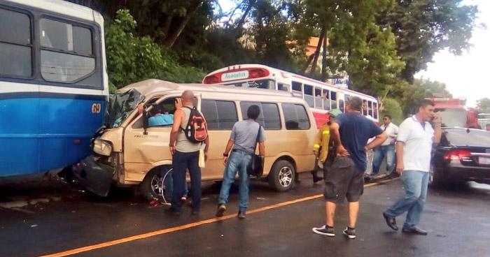 Microbús escolar choca y deja a varios menores lesionados en calle antigua a Santa Ana