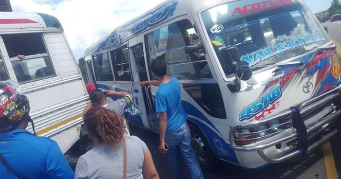 Ocho pasajeros lesionados luego que microbús chocara contra un autobús en carretera Troncal del Norte