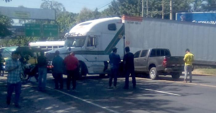 Dos reos y dos agentes de la PNC lesionados tras choque en Bulevar del Ejército