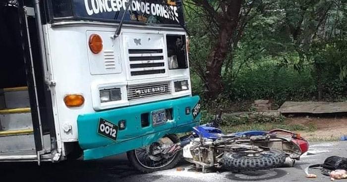 Conductor de autobús choca contra una motocicleta por conducir en sentido contrario