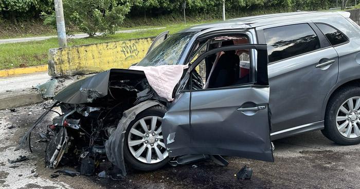Conductor atrapado en su vehículo tras accidentarse sobre carretera al Puerto de La Libertad