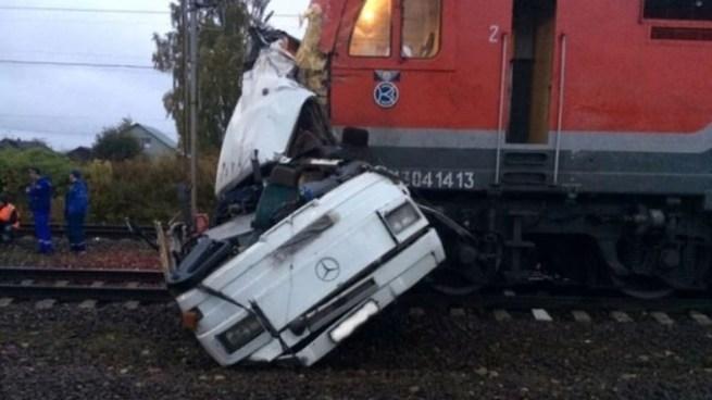 Al menos 16 muertos tras choque entre un tren y un autobús en Rusia