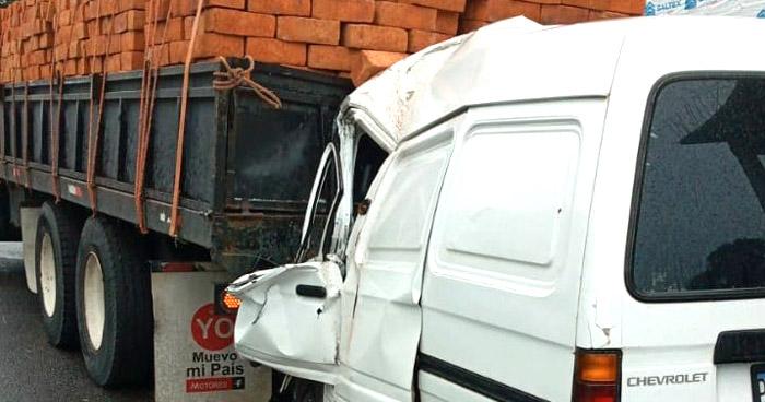 Conductor muere tras chocar contra rastra en carretera de El Carmen, Cuscatlán
