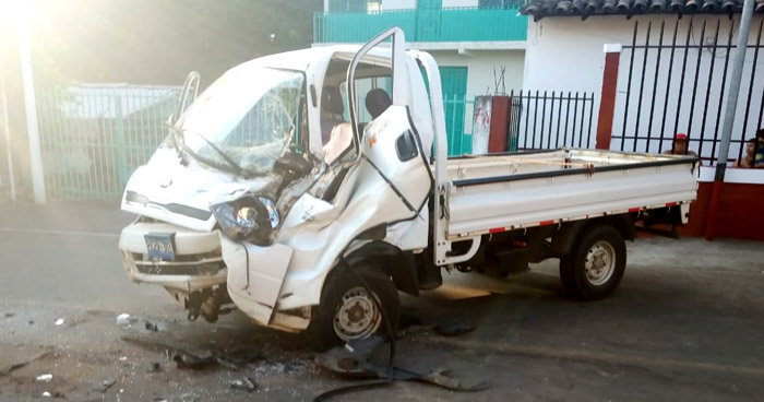 Conductor queda atrapado en su vehículo tras chocar con camión recolector de basura