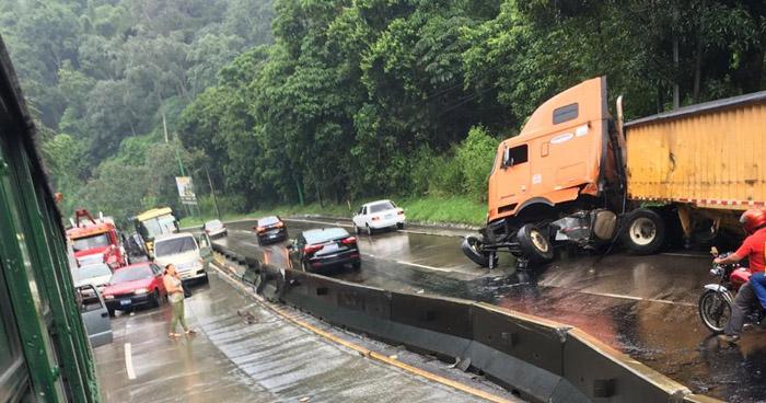 Fuerte accidente ocasiona caos vehicular en carretera Los Chorros