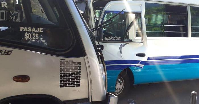 Mujer lesionada tras choque entre microbuses Ruta 29-A en Ilopango