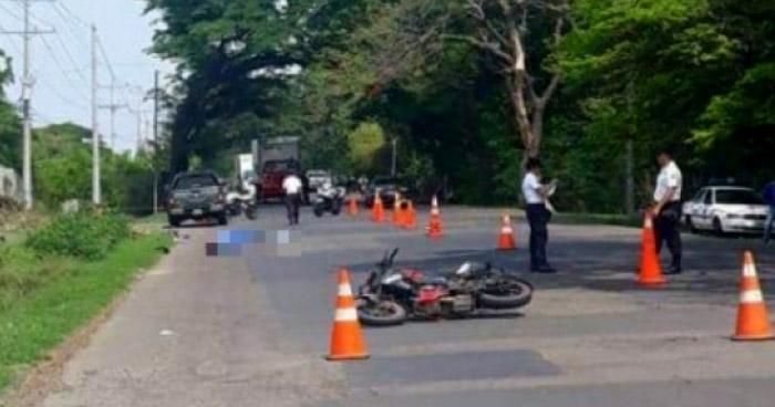 Un muerto y dos lesionados tras choque entre motociclista en Sonsonate