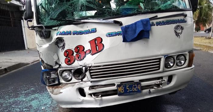 Pasajeros lesionados tras choque entre microbuses por disputarse la vía