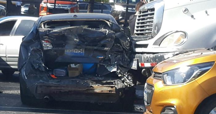 Rastra impacta contra varios vehículos en Bulevar Los Próceres